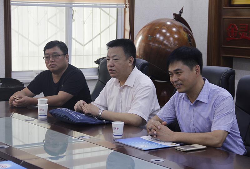 河南省散装水泥办公室领导在交流工作。