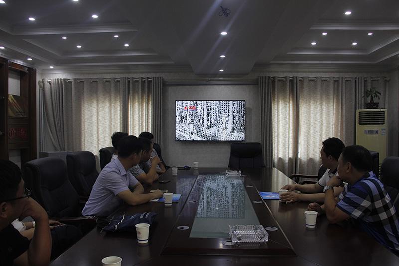 河南省散装水泥办公室领导在观看湿拌万博manbetx客户端苹果版机喷视频。