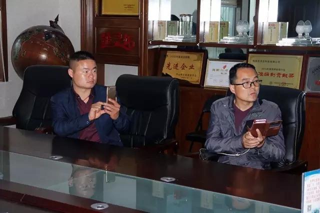 王总一行观看信阳万博app客户端宣传片与湿拌万博manbetx客户端苹果版机械化抹灰施工视频。