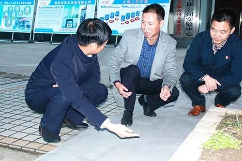 肖总向孙书记介绍公司自行研发的金灵鉐牌新型自流平砂浆产品的性能与优势